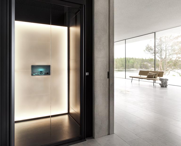 开放式客厅中的S系列家用电梯